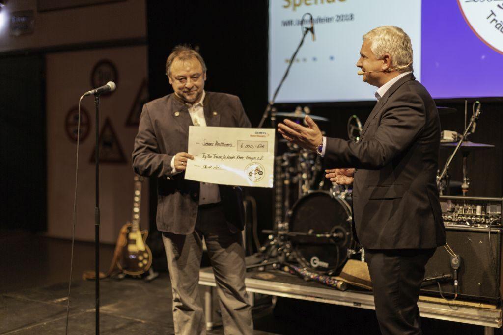 Spendenübergabe von Siemens Healthineers von 6000 €