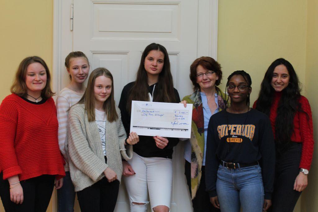 Maria-Ward-Schülerinnen spenden 3000 Euro aus dem Erlös des Maria-Ward-Christkindlesmarkts