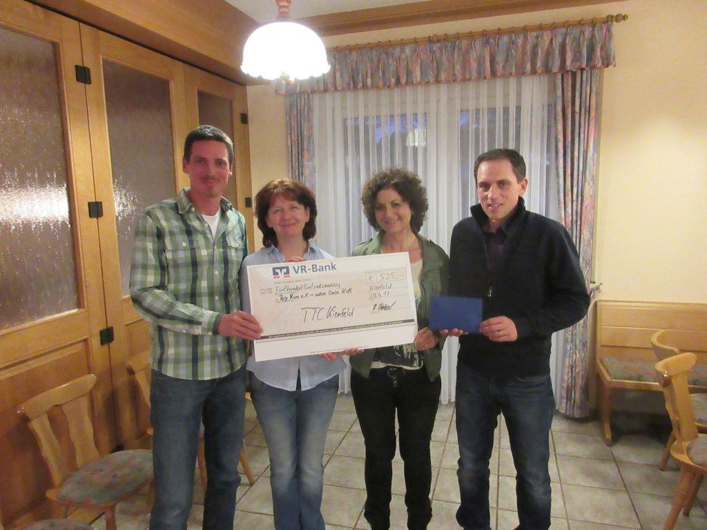 """DieTischtennisspieler des TTC Kienfeld unterstützen durch ihre Christbaumsammelaktion """"Active Onco Kids"""" mit 525€"""
