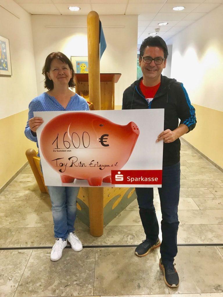 """Eine Spendenübergabe von """"Kultur in der Kirchenburg"""" über 1600€"""