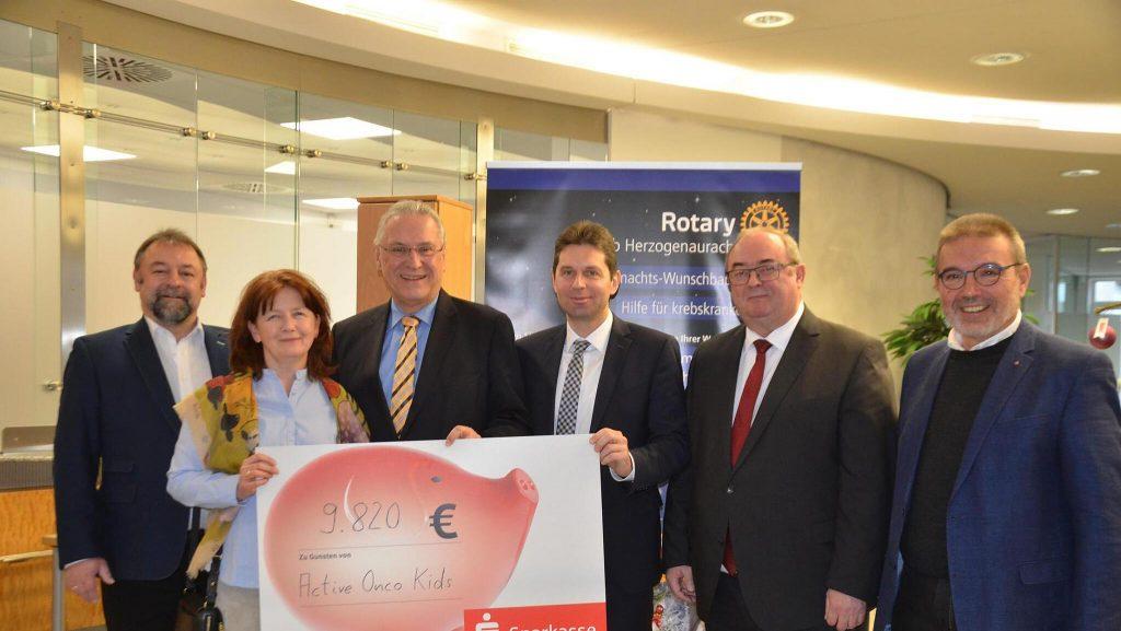Die Wunschbaum-Aktion der Herzogenauracher Rotarier fördert krebskranke Kinder in Erlangen mit 9820 Euro